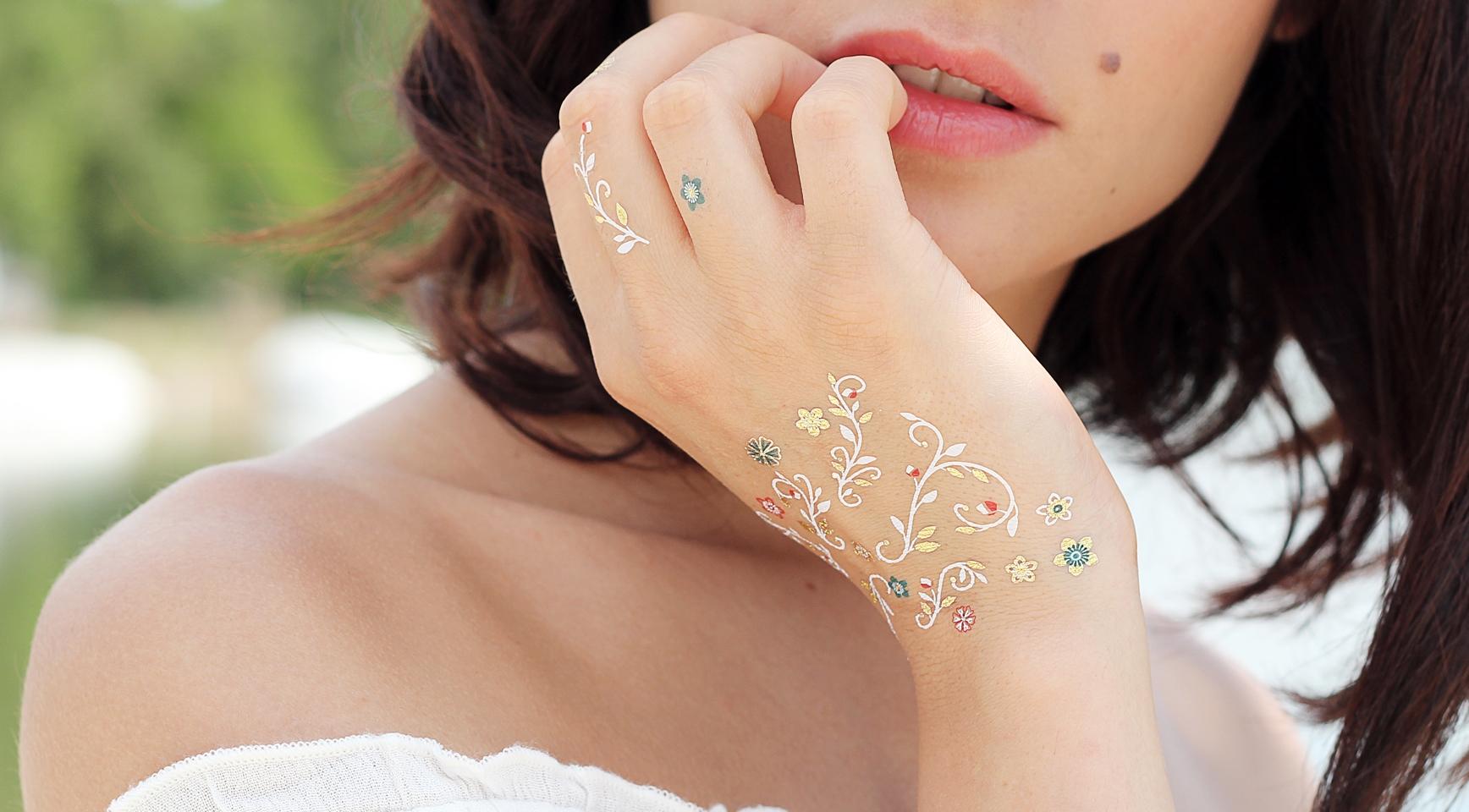 Florilèges, une parure de tatouages temporaires façon mosaique mélangeant fleurs et feuillages
