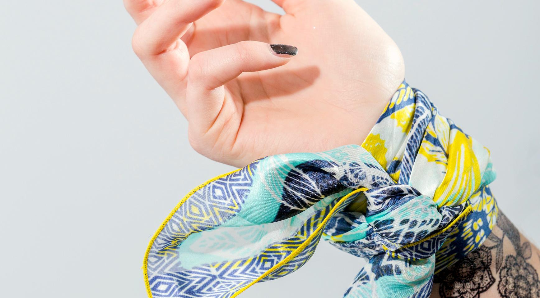 porter son foulard en soie Sioou en bracelet