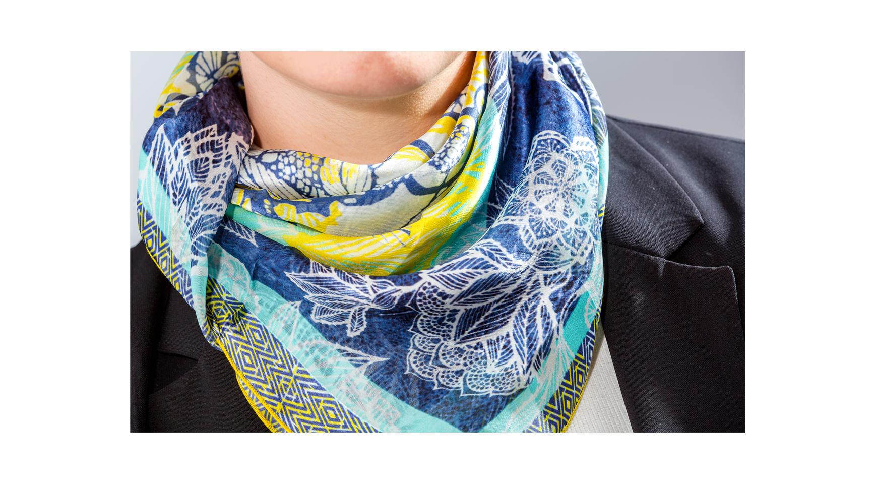 foulard en soie made in France porté en triangle autour du cou