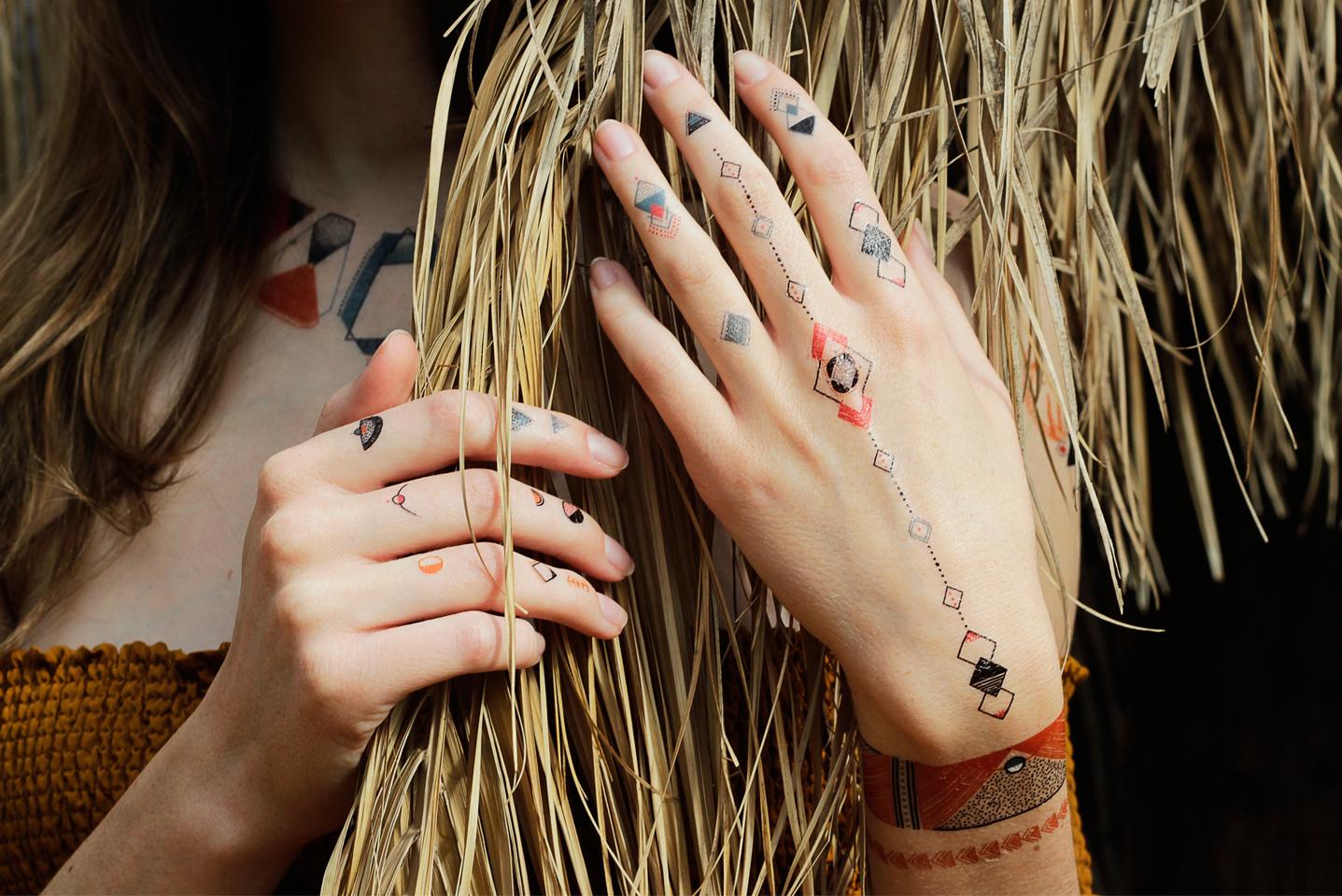 une parure de tatouages temporaires imaginés par notre communauté
