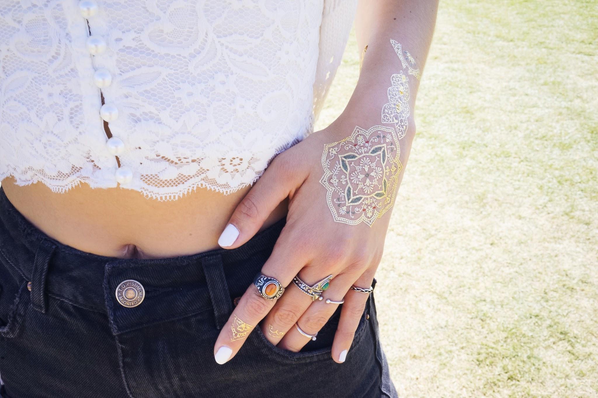 La blogueuse Meryl Denis a opté pour les tattoos dorés Sioou façon bijou de main lors du fetsival de Coachella