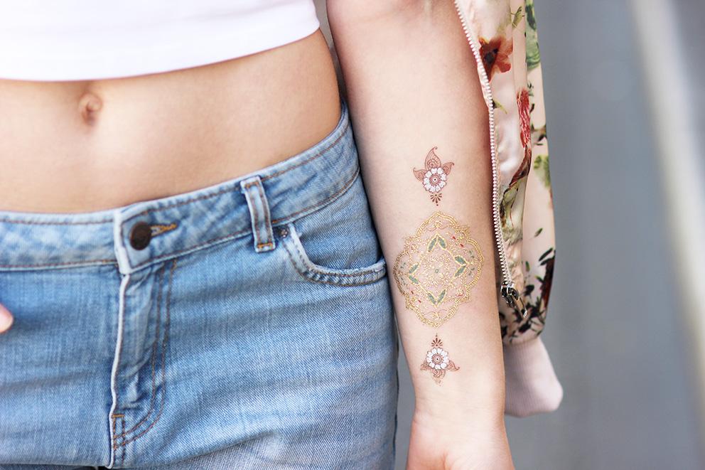 La blogueuse Artlex a opté pour le combo parfait en mélangeant à la fois des tatouages dorés et argentés.