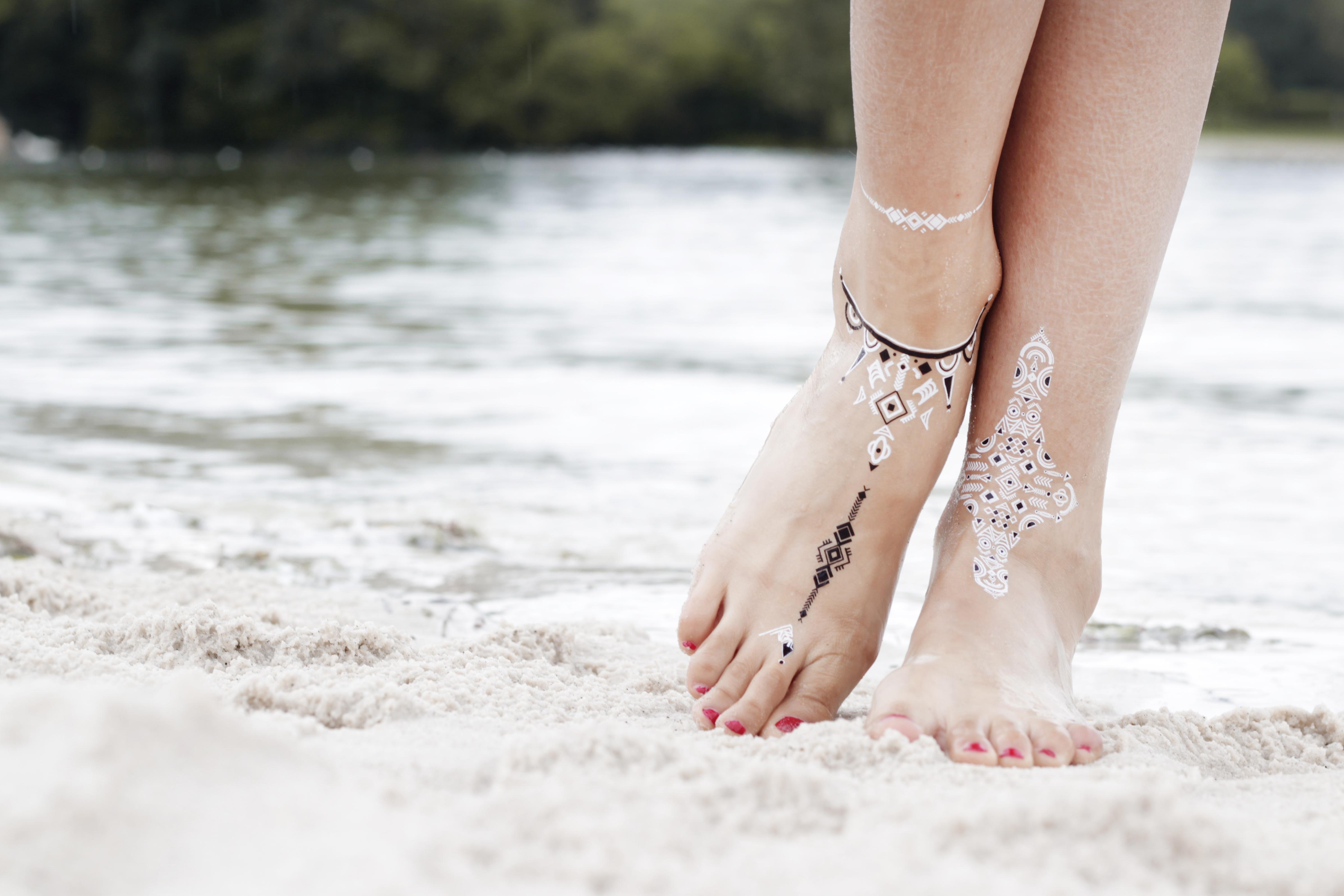 Craquez pour des tatouages temporaires blancs et noirs pour sublimer vos pieds