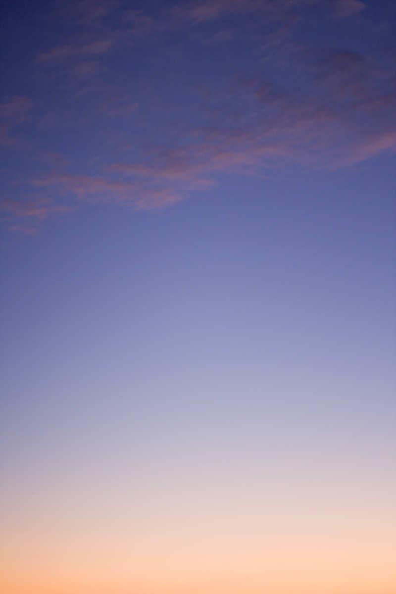un délicat coucher de soleil aux reflets orangés