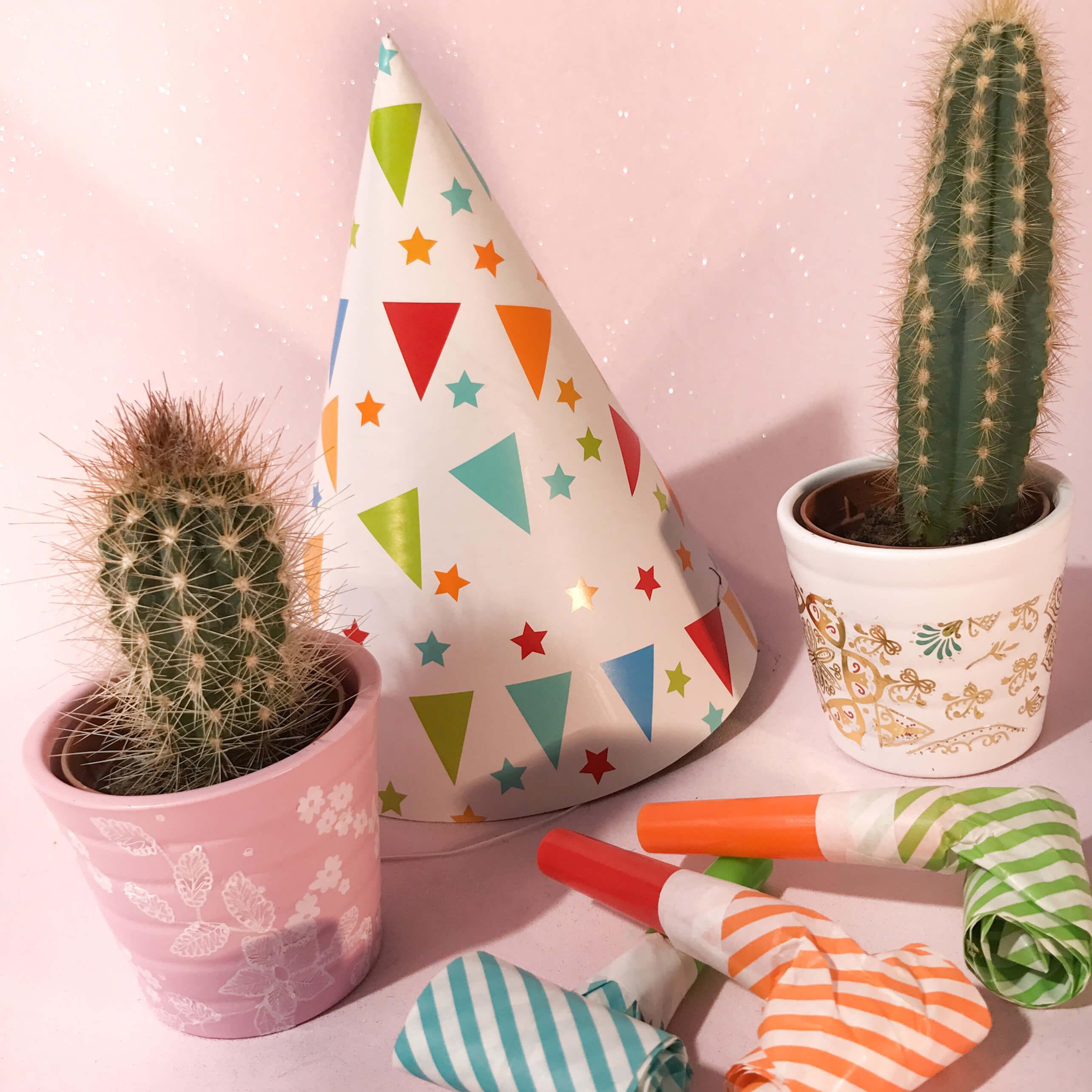 Customiser des pots à cactus avec des tatouages éphémères