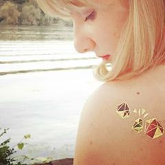 tatouages éphémères géométriques dorés façon pierres précieuses
