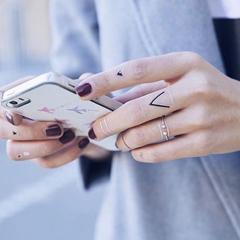 tattoos géométriques argentés sur les doigts