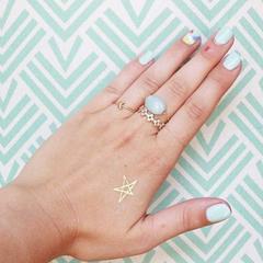 petit tattoo éphémère doré étoile sur la main