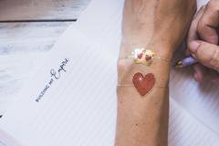 bracelets dorés autour de l'amour