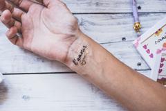 tatouage lettrine noire