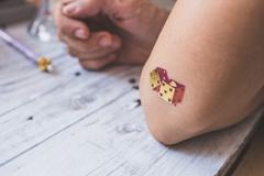 tatouage éphémère dés à jouer dorés et colorés