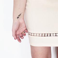 tatouage plume noire et dorée
